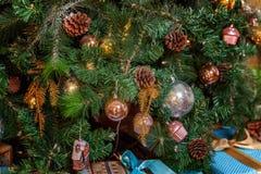 与金、蓝色和银装饰的圣诞树 免版税图库摄影