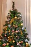 与金、蓝色和银装饰的圣诞树 免版税库存照片