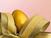 与丝带的金黄复活节彩蛋 库存图片