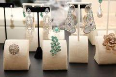 与金刚石、绿宝石和其他石头的非凡首饰 免版税库存图片