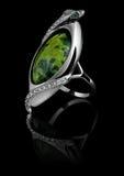 与金刚石和绿色宝石的环形 免版税库存图片
