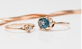 与金刚石和黑暗的黄玉的金戒指 免版税图库摄影