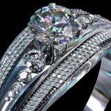与金刚石宝石的银色定婚戒指 免版税库存照片