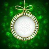 与金刚石的圣诞节球在绿色背景 库存图片