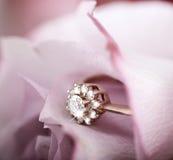 与金刚石的定婚戒指在上升了 免版税库存图片