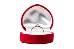 与金刚石的金戒指在红色箱子 图库摄影