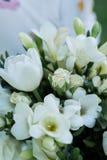 与金刚石的金黄定婚戒指在白色玫瑰的芽在 在花蕾的婚戒谎言 免版税库存照片