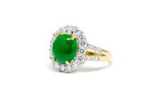 与金刚石的绿色玉和被隔绝的金戒指 免版税库存图片