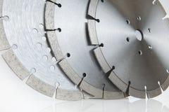与金刚石-在白色背景隔绝的混凝土的金刚石圆盘的切口盘 库存图片
