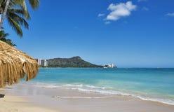 与金刚石头的举世闻名的威基基海滩在奥阿胡岛夏威夷海岛上  免版税库存图片