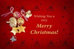 与金各种各样的金装饰和祝愿文本的美丽的红色圣诞卡片 向量例证