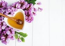 与金合欢开花的蜂蜜 库存照片