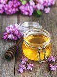 与金合欢开花的蜂蜜 免版税库存照片