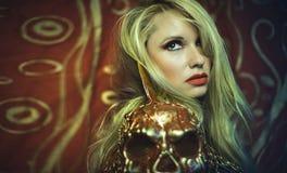与金和金属装甲金发碧眼的女人第十九cen的红色SkullSensual 库存图片