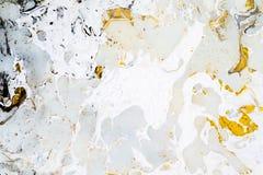 与金子、黑色、灰色和白色的明亮的大理石背景纹理,使用丙烯酸酯的倾吐的中等艺术技术 有用 免版税库存照片