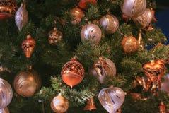与金子和白色圣诞节快乐装饰球的美丽的装饰的圣诞树 库存照片