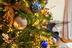 与金子和蓝色装饰的圣诞树 库存照片