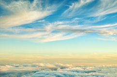 与金子和蓝色颜色的抽象背景覆盖 在云彩上的日落天空 库存图片