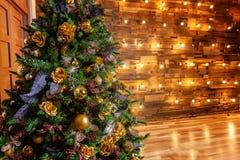与金子和黑装饰的圣诞树 免版税图库摄影