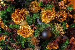 与金子和黑装饰的圣诞树 免版税库存图片
