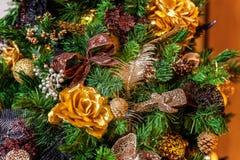 与金子和黑装饰的圣诞树 库存照片