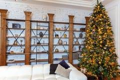 与金子和黑装饰的圣诞树 库存图片