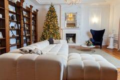与金子和黑装饰的圣诞树 免版税库存照片