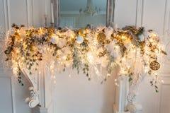 与金子圣诞节装饰的壁炉 免版税库存照片