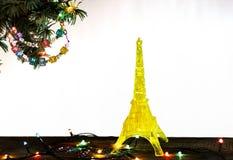 与金子埃佛尔铁塔的黄色模型的新年快乐卡片在巴黎 免版税库存照片