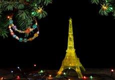 与金子埃佛尔铁塔的黄色模型的新年快乐卡片在巴黎 库存图片