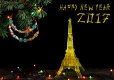 与金子埃佛尔铁塔的黄色模型的新年快乐卡片在巴黎 免版税图库摄影