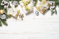 与金子的圣诞节背景和在白色的银色装饰 库存照片