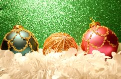 与金子的红色圣诞节装饰品 免版税库存照片