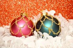 与金子的红色圣诞节装饰品 免版税库存图片