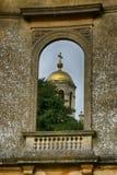 与金子被覆以圆顶的教会的老被破坏的半球形的窗口夺取公园,西米德兰平原 免版税图库摄影