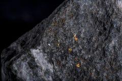 与金子静脉的石头  免版税库存图片