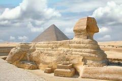 与金字塔吉萨棉埃及的狮身人面象 免版税图库摄影