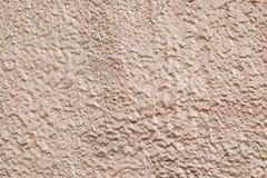与金属光泽的反射的黄色参差不齐的纹理 摘要raggy金黄背景 浅褐色的发光的水泥wa的样式 免版税库存图片