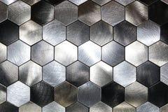 与金属六角形和一个黑概述的现代背景 宏观射击 库存图片