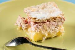 与金属匙子的莓奶油馅饼在绿色板材 免版税库存图片