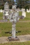 与金属十字架的一个未玷污的坟墓。 库存图片