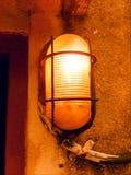 与金属卫兵的印度路灯到底在墙壁上 免版税库存照片