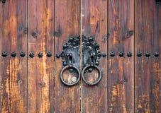 与金属圆环的老木门 库存图片