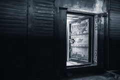 与金属墙壁和钢门的内部 免版税库存照片