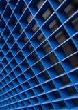 与金属多孔的天花板的抽象背景 免版税图库摄影