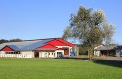 与金属屋顶的现代农舍 免版税库存照片