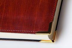 与金属弯头的皮革盖子书 免版税图库摄影