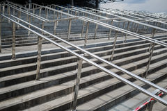 与金属扶手栏杆的梯子 库存照片