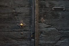 与金属把柄和邮件存取口的老中世纪意大利木门 免版税库存图片