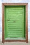 与金属把柄的老木门 免版税库存照片